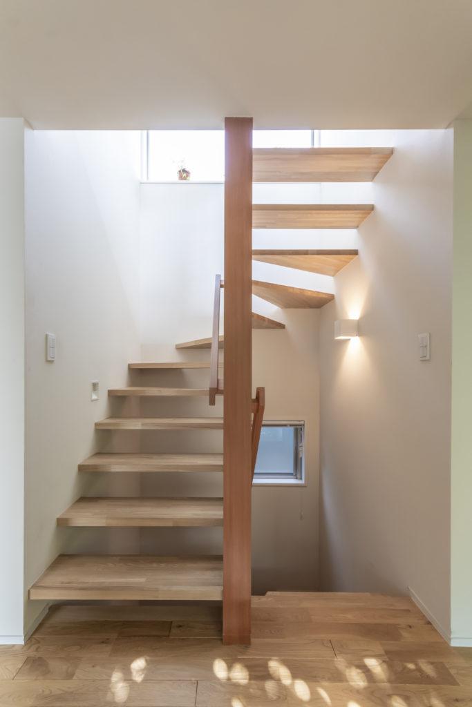 階段室を1階から見る。