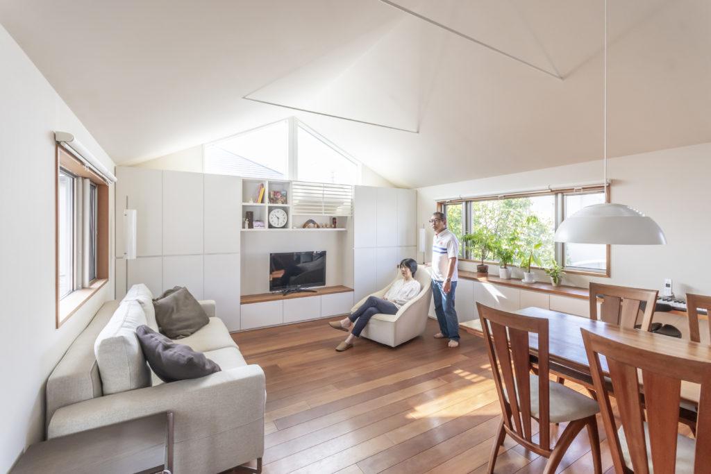 約24㎡あるリビングダイニング。表と庭側の2つの開口のほかにテレビの上にも開口が開けられていて室内が明るい上に天井も高めで快適に過ごせる空間になっている。