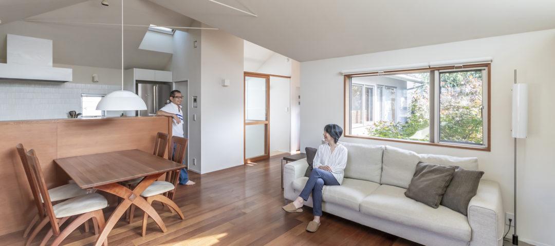別荘地のように静かで緑に囲まれた家 緑と空の見える図書室で ゆったりと本を読んで過ごす