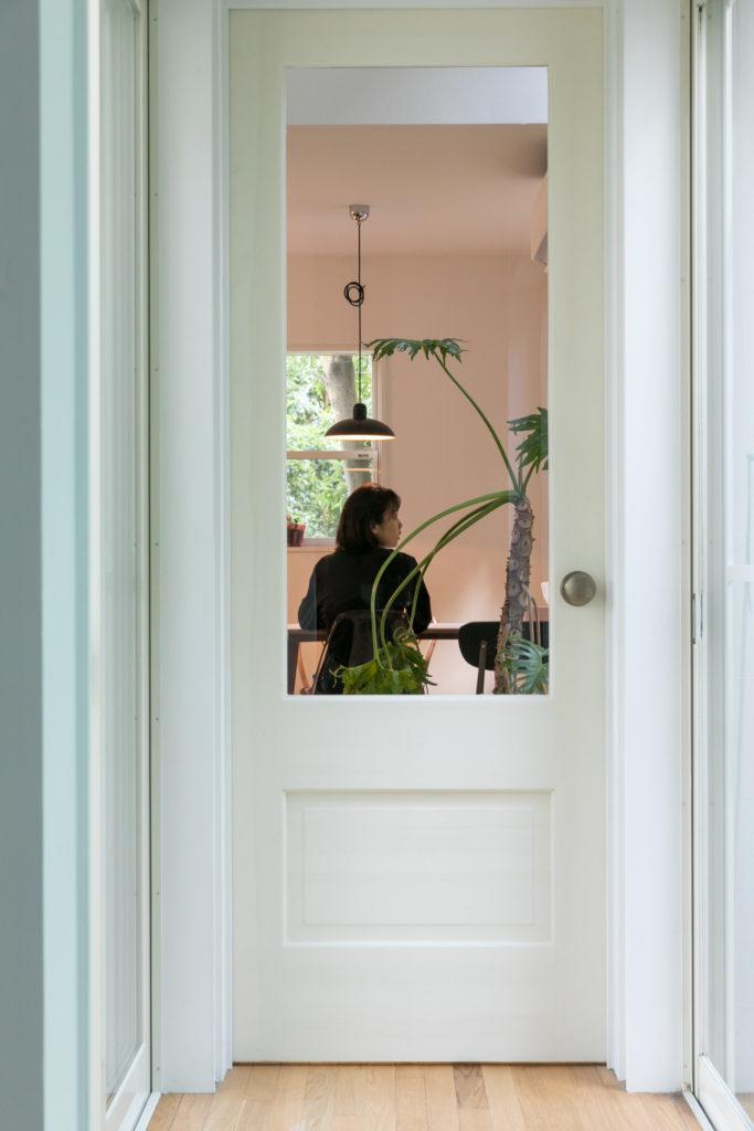 廊下とリビングの間のドアにはガラスを入れた。