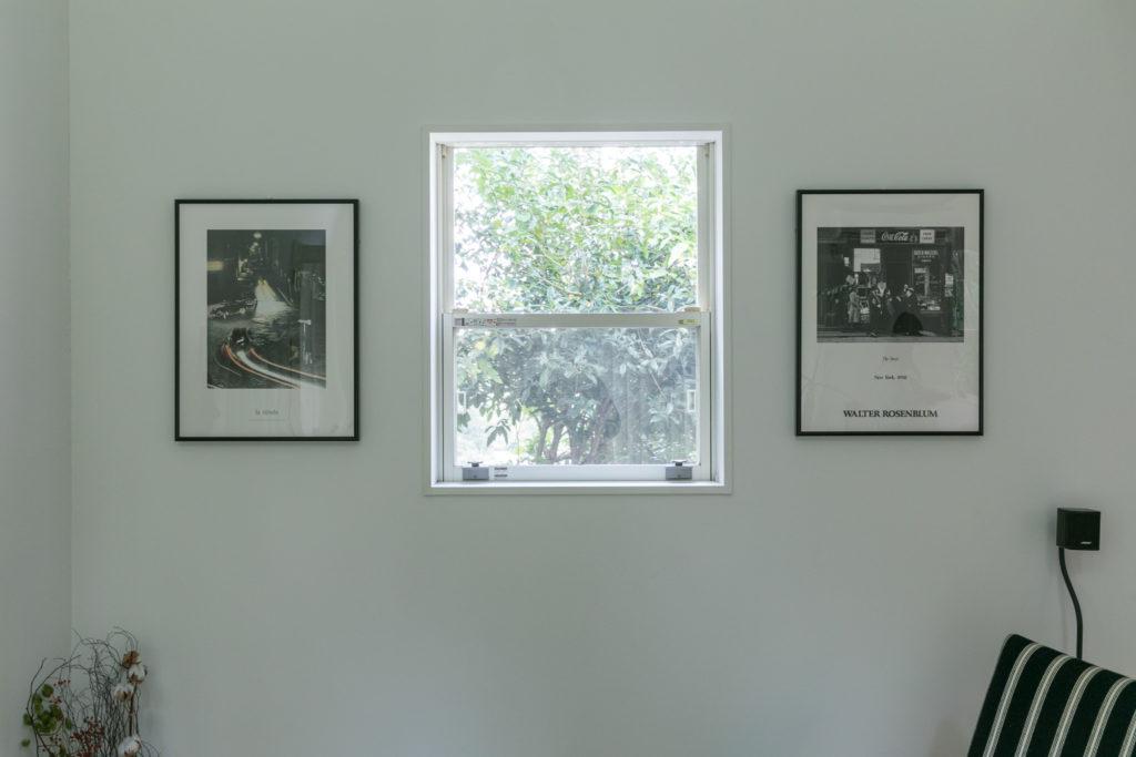 窓の横サイドにフレームを飾った。3つの窓のように見える。