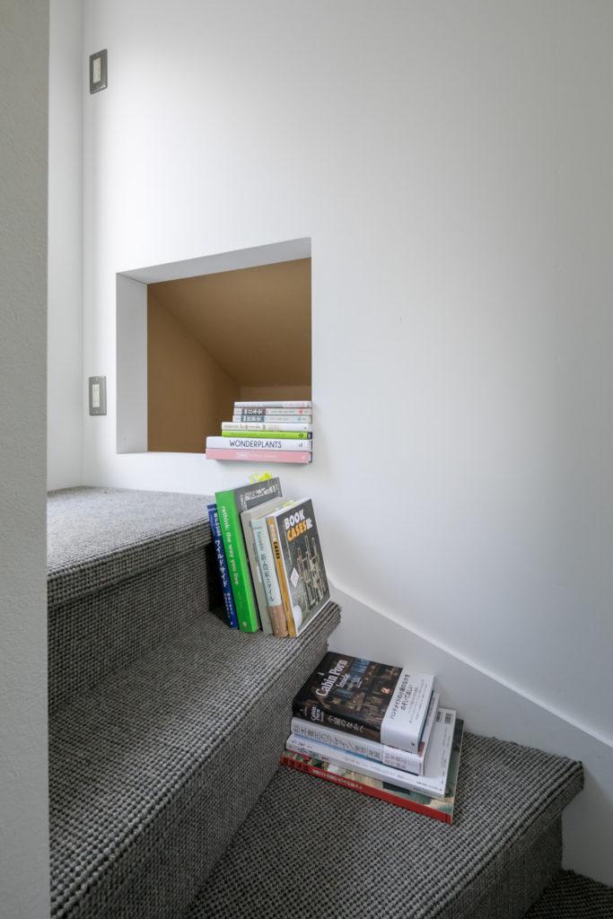 屋上に上がる階段はウールカーペットを敷き込み、読書を楽しめるスペースに。