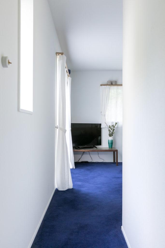 寝室にはブルーのウールカーペットを。