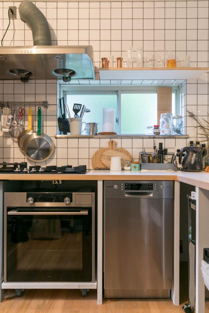 キッチンのカウンターの素材にはメラミン材を選択。カウンターの下に食洗機とスチームオーブンレンジをセット。