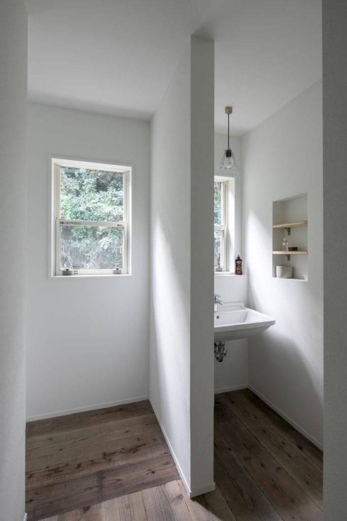 「2階の洗面スペースはあえてラフに作っています」 床は足場板。左側の廊下の先に個室が続く。