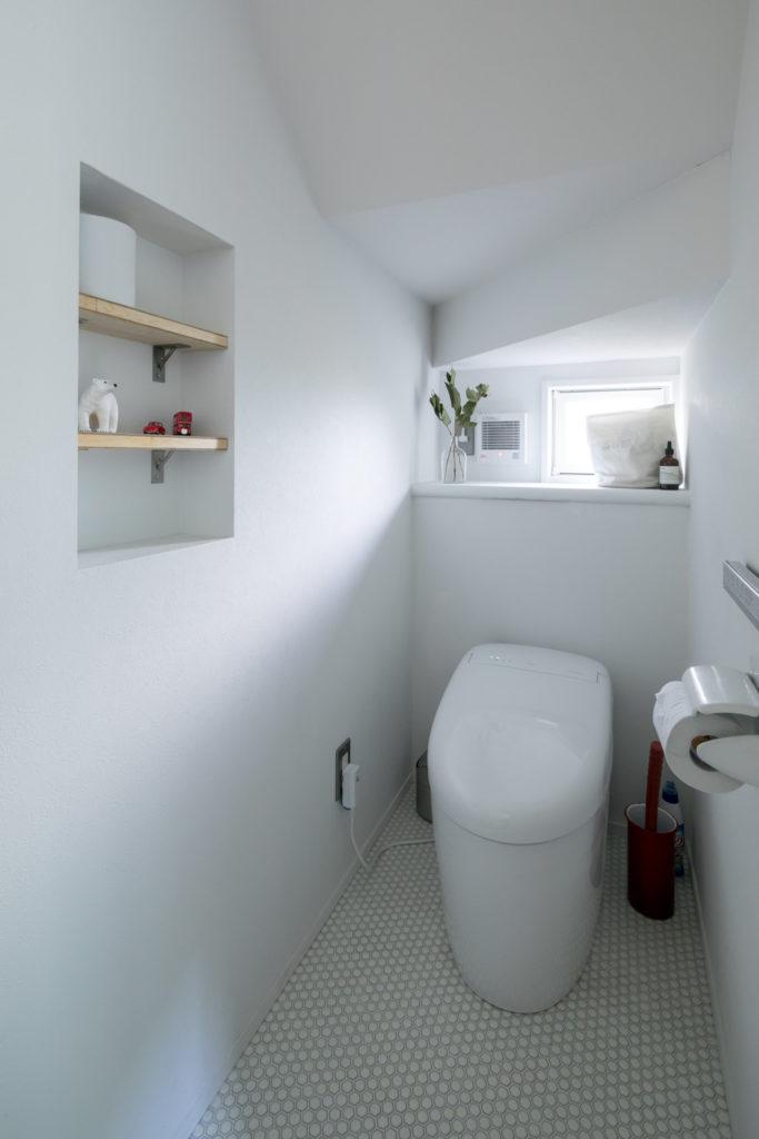 トイレは六角形の小さなタイルの床。
