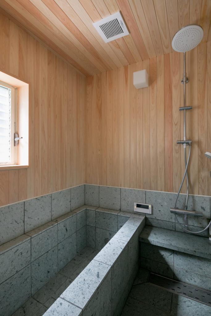 「お風呂は和の雰囲気にしました。十和田石と檜を使っています」