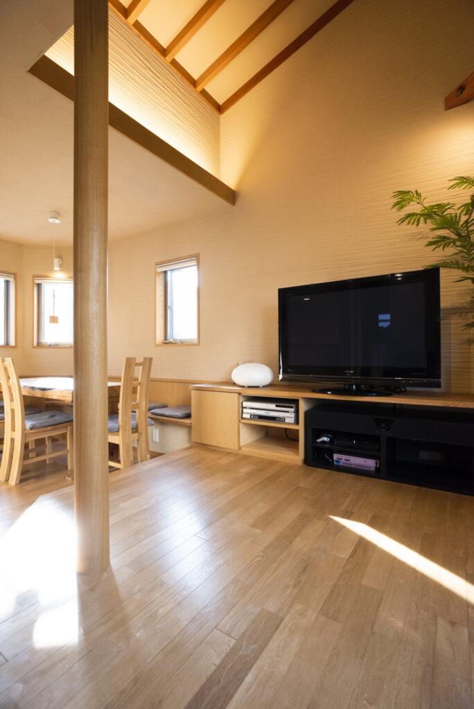 天井は化粧垂木を使用。間接照明を駆使して左官壁の凹凸やディテールを美しく浮かび上がらせている。