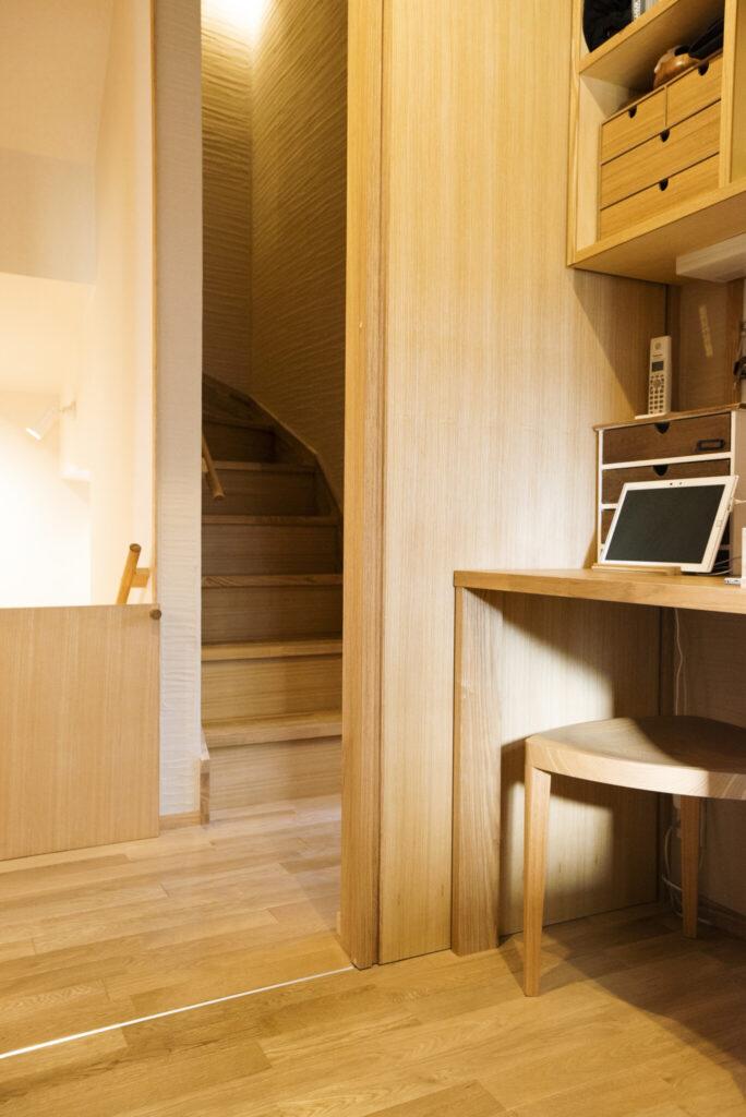 階段室からすぐにキッチンに入れるため、買い物のあとなど便利。小さな机は美香さんの作業スペース。