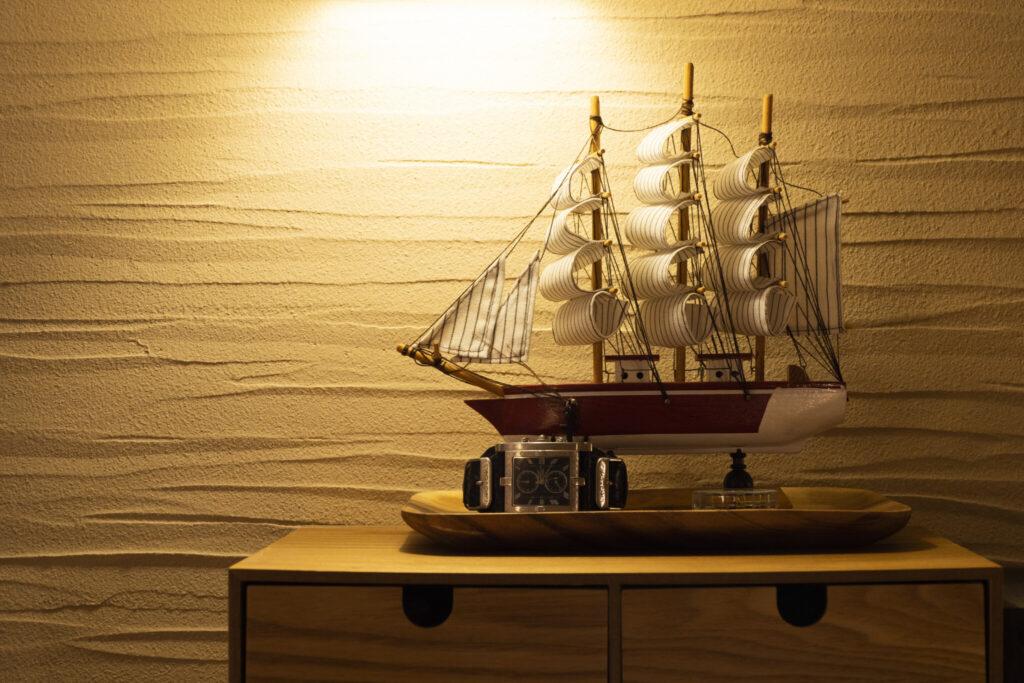 ロフトの一角。「壁が波みたいなので、船を置いてみました(笑)」と毅さん。