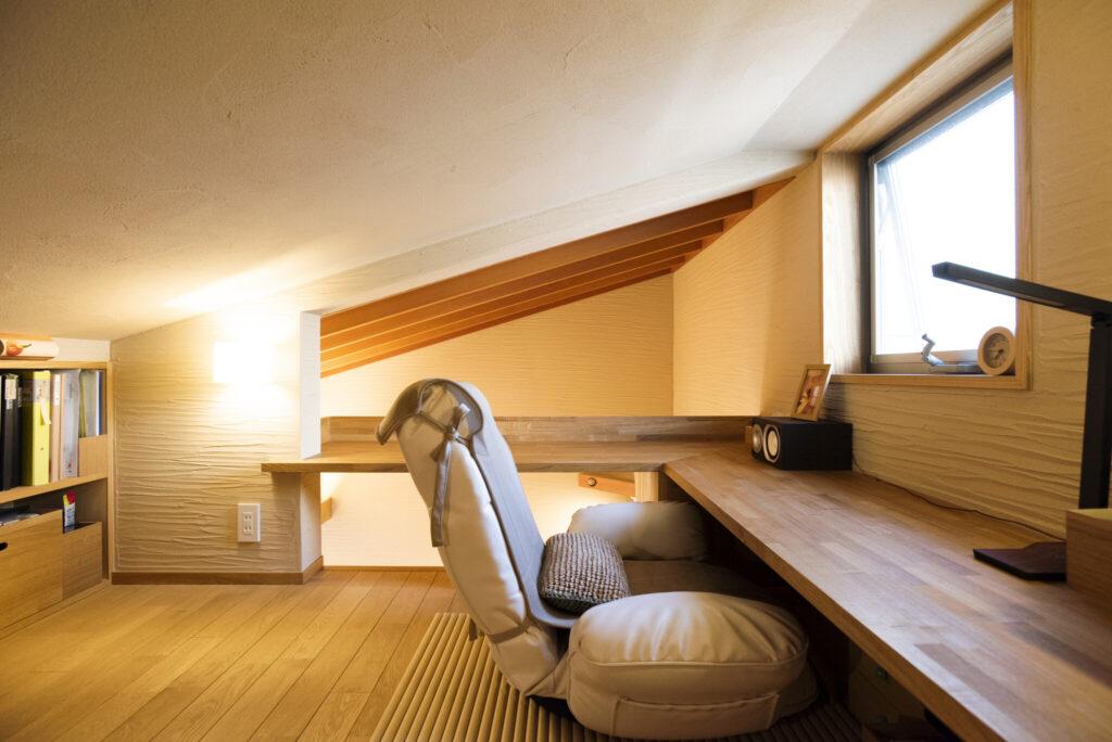 勾配天井で籠り感たっぷりのロフトは毅さんの趣味の部屋。