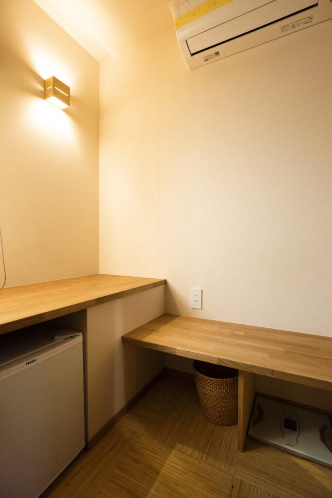 エアコン、冷蔵庫完備の脱衣所兼休憩スペース。毎日のお風呂が楽しい。