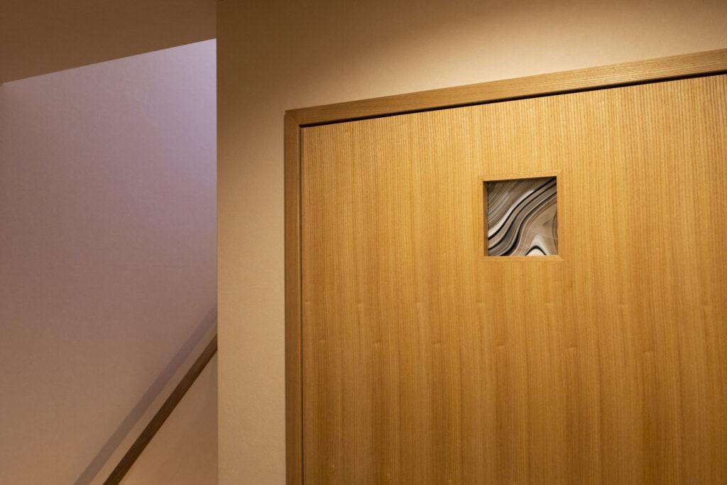 トイレの小窓には、奥山さんのお母様が作製したステンドグラスを。