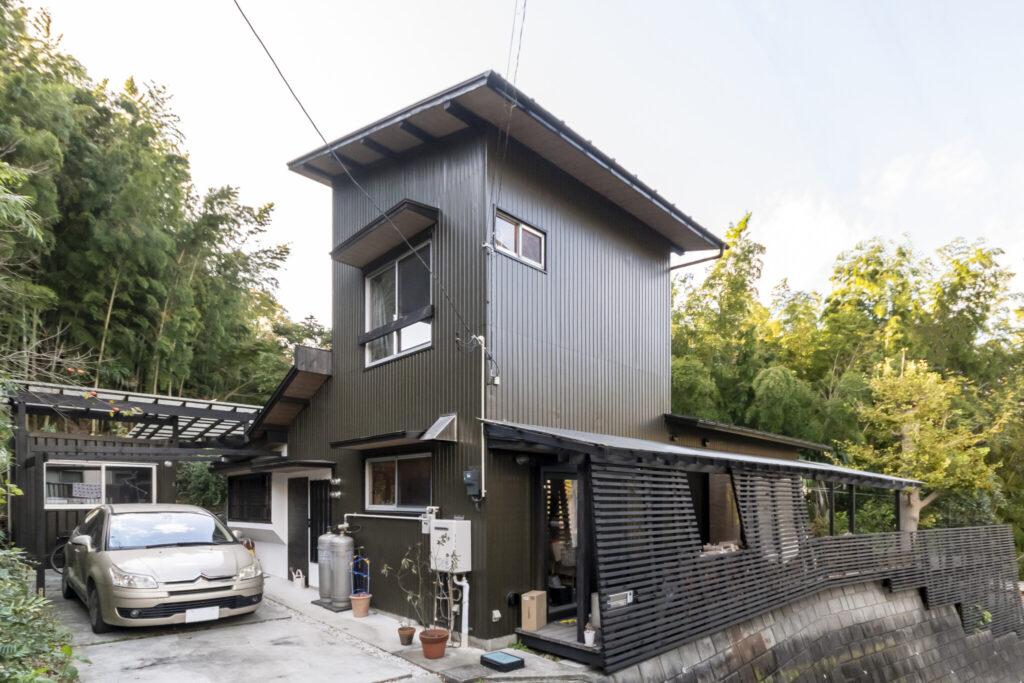 自然に囲まれた永松・神保邸。住宅地のように敷地境界がきっちりと線引きがされていないのを利用して実際の面積以上に広々と暮らせるように設計された。