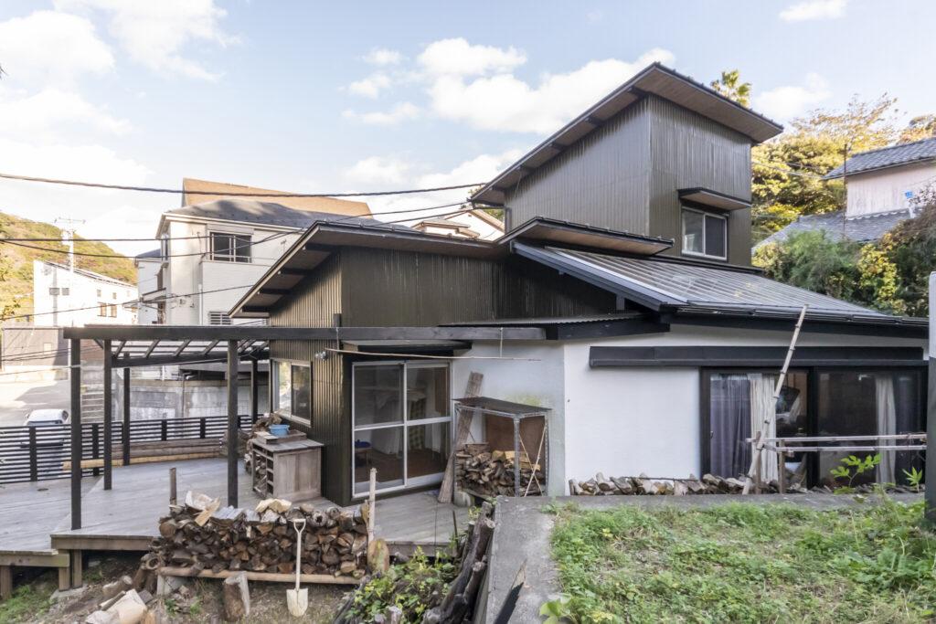 裏側から見た永松・神保邸。増改築がなされた築50年ほどの家は新築の家にはないとてもユニークな佇まいだ。