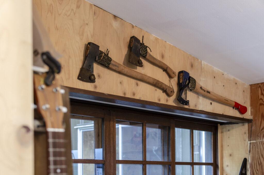オーディオセット上の壁に掛けられた斧。大きさにより薪割用など用途がわかれる。