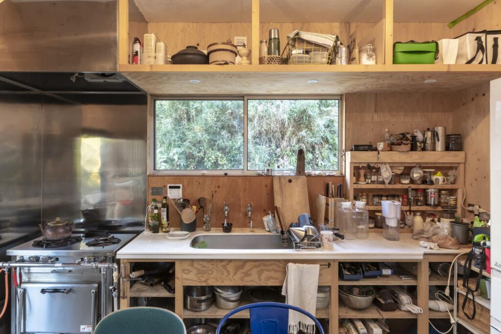 安部さんが「いいキッチンができた」と胸を張るキッチン。料理研究家に気に入られ、同じようなものがほしいと依頼があったという。扉を付けないなど、神保さんのリクエストにほぼ忠実につくったものという。天板の高さは87㎝と少し高め。