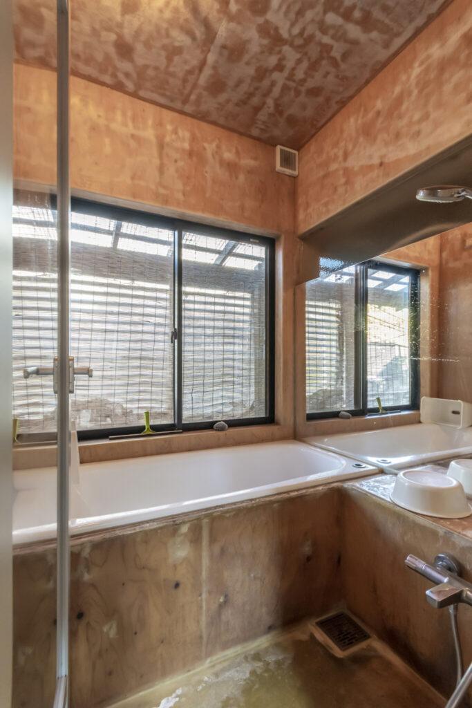お風呂は永松さんの要望で鋳物のホーロー風呂にした。体の芯から温まりとても気持ちがいいという。