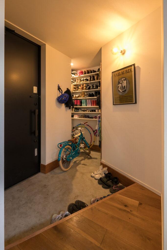 ウォークインのシューズクロークを設けた玄関。ゆとりのある広さで使い勝手も良い。