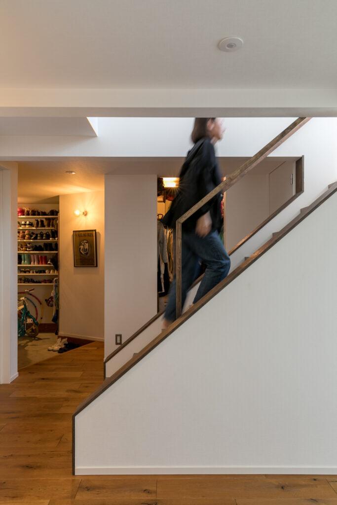 家の中央に設けた階段から2階LDKへ。