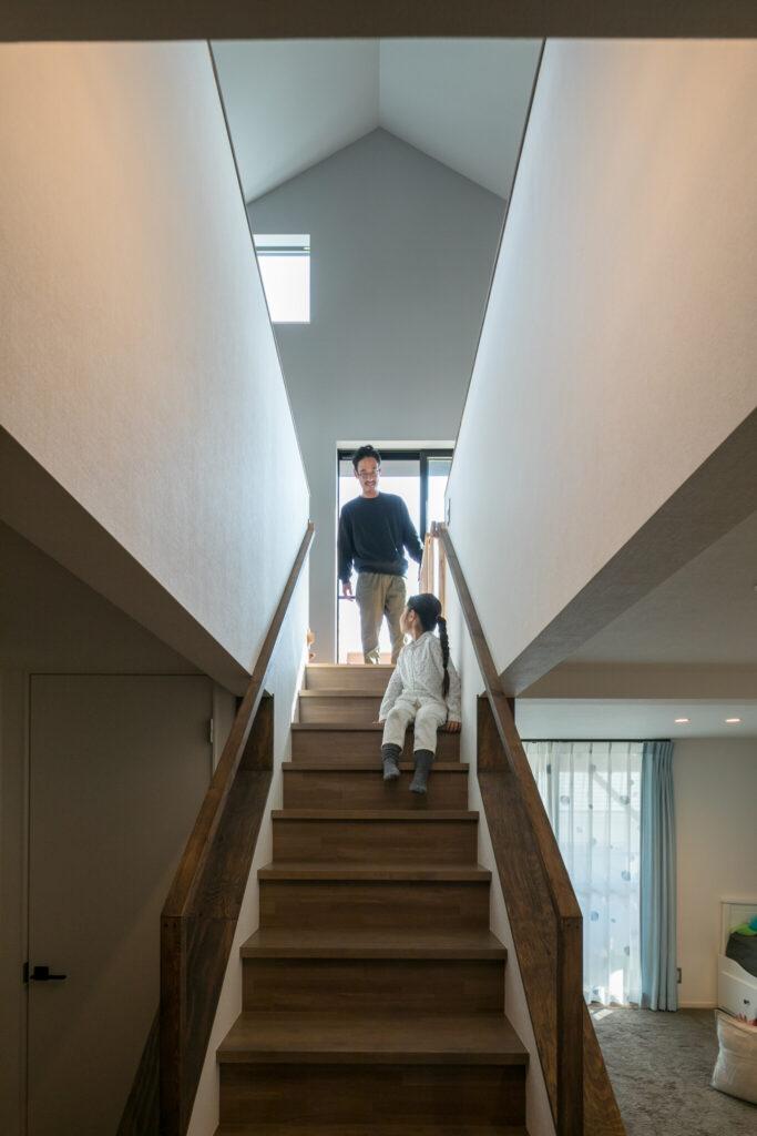 階段を少し見上げれば、視界には奥行きのある2階の空間が映る。