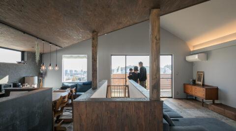 ワンルームのような一体感 家族が自然と集まる大空間の三角屋根の家