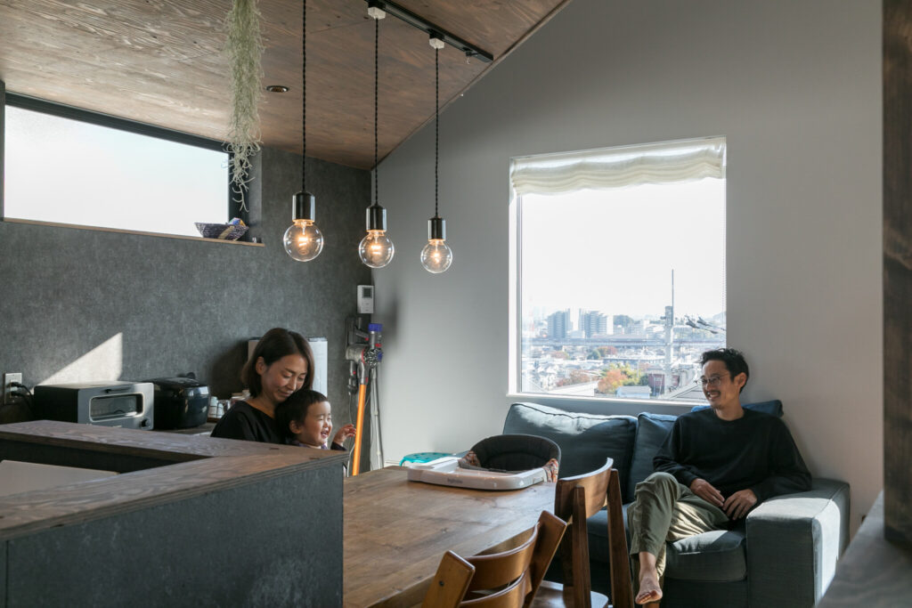 キッチンとダイニングテーブルは利便性を考慮し、横並びに配置した。またダイニング横の大きな窓も、テーブルの高さに合わせて配置。「ダイニングで過ごすことが多いので、この窓は特に気に入っています。眺めもとても良いです」(奥さま)。