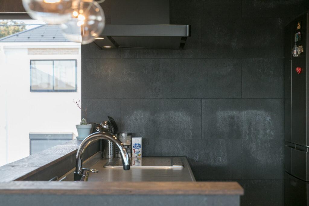 キッチンの壁は、洗面スペース同様に「SOLIDO」を使用し、グレーの色調で落ち着いた雰囲気に。
