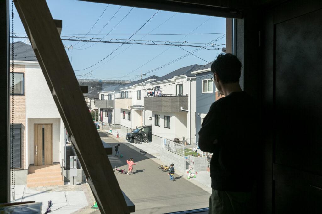 家の正面側にある大きな窓からは、子ども達が遊ぶ様子も見守られる。