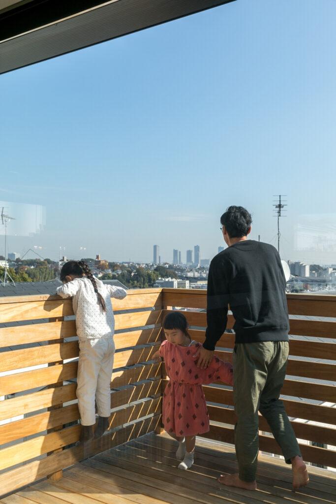 家づくりにおいてご夫妻が希望していたという広いテラス。高台の立地のため、景色は抜群。