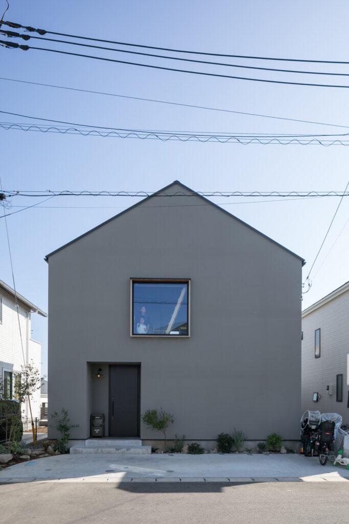 正対象になるように考慮した三角屋根が印象的な中川さん邸の外観。