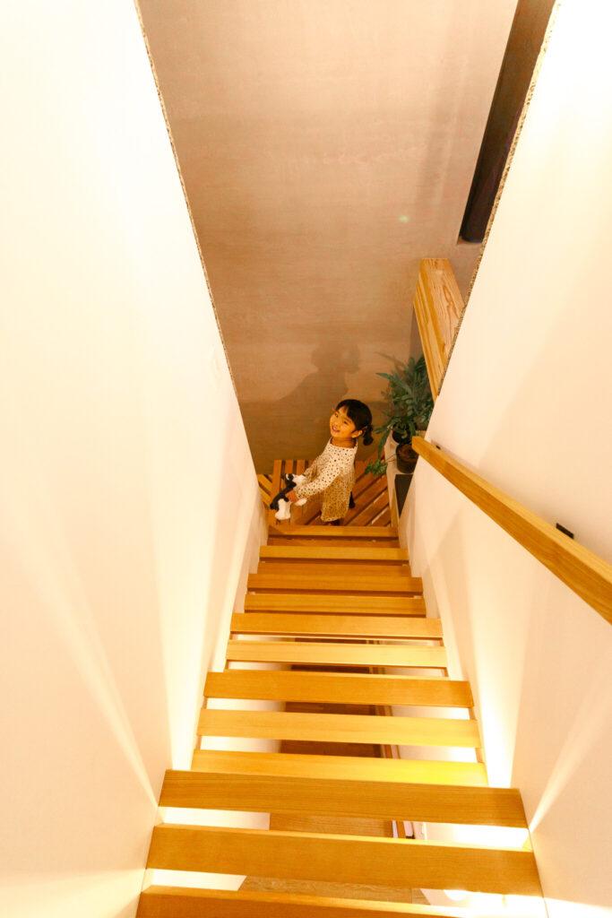 3階から見下ろす。すのこ状の階段は1階まで見通せる。