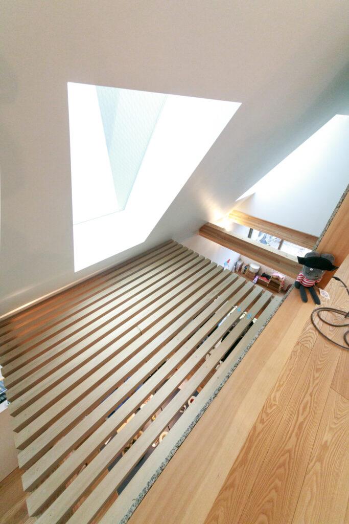 天窓からのたっぷりの陽光をすのこ床を通して、階下まで届ける。
