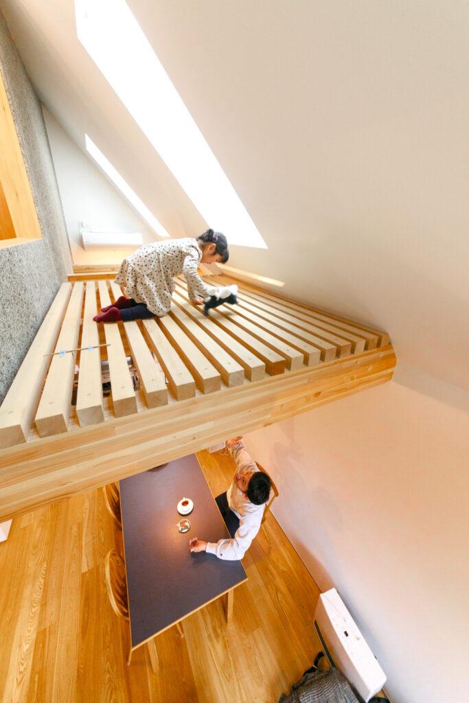 充分な強度が保たれた、すのこ床。2階と3階との会話も楽しい。