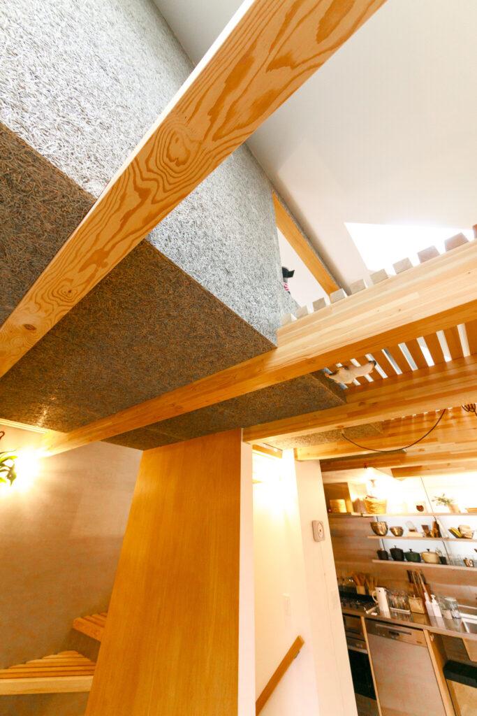 3階は異なる素材でぐるりと囲み、浮遊感を演出。