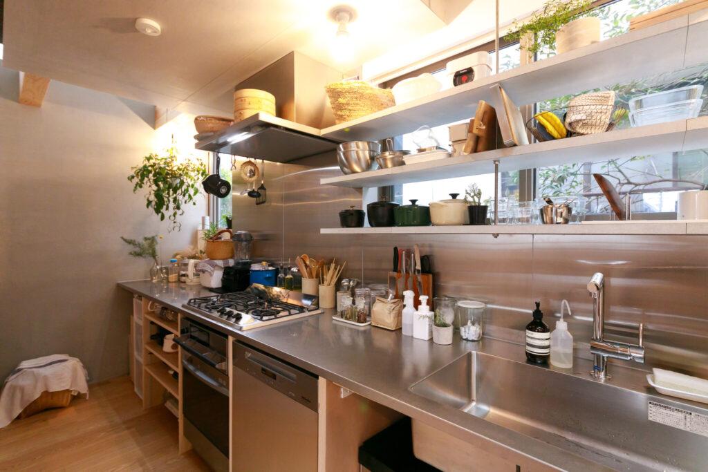 「『ミーレ』の大型食洗機と『ハーマン』のガスコンロは絶対入れたかった」と妻。4mほどあるキッチンカウンターの下は、出し入れが楽なオープンタイプに。
