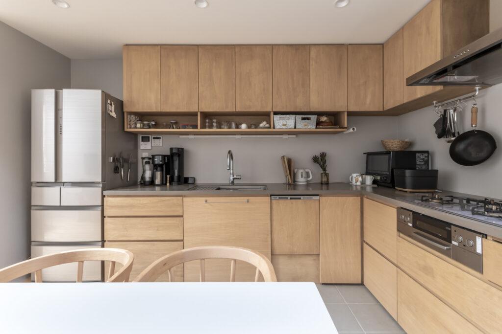 奥さんが特にこだわったというキッチン。1階の面積からするとぜいたくにスペースが取られている。収納をたっぷりと取り、壁がグレーに塗られている。住友さんは「全体をひとつの家具として考え冷蔵庫や家電などとの調和も考えた」という。