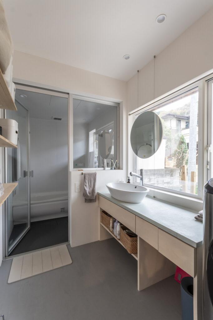 家の最も奥の部分につくられた脱衣・洗面所とお風呂。お風呂が大好きという稲葉さんにとってお気に入りの場所だ。