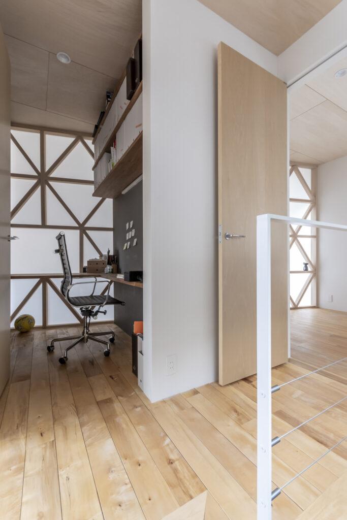 階段途中から書斎を見る。秘密基地的なものがほしいとつくった場所で、1.3×1.8mと小さな場所ながら稲葉さんのお気に入りの場所となっている。