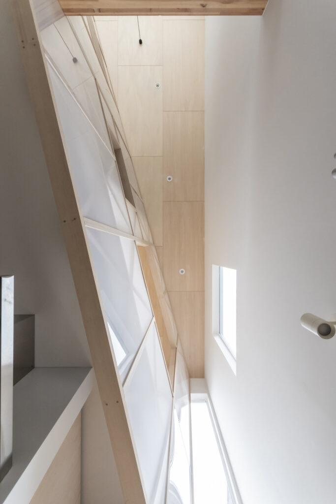 家の最も奥の部分では吹抜けの幅がここまで狭くなる。