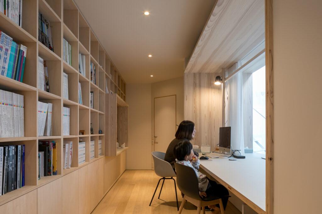 休日は早咲さんと奏人くんが書棚スペースで過ごすことも。