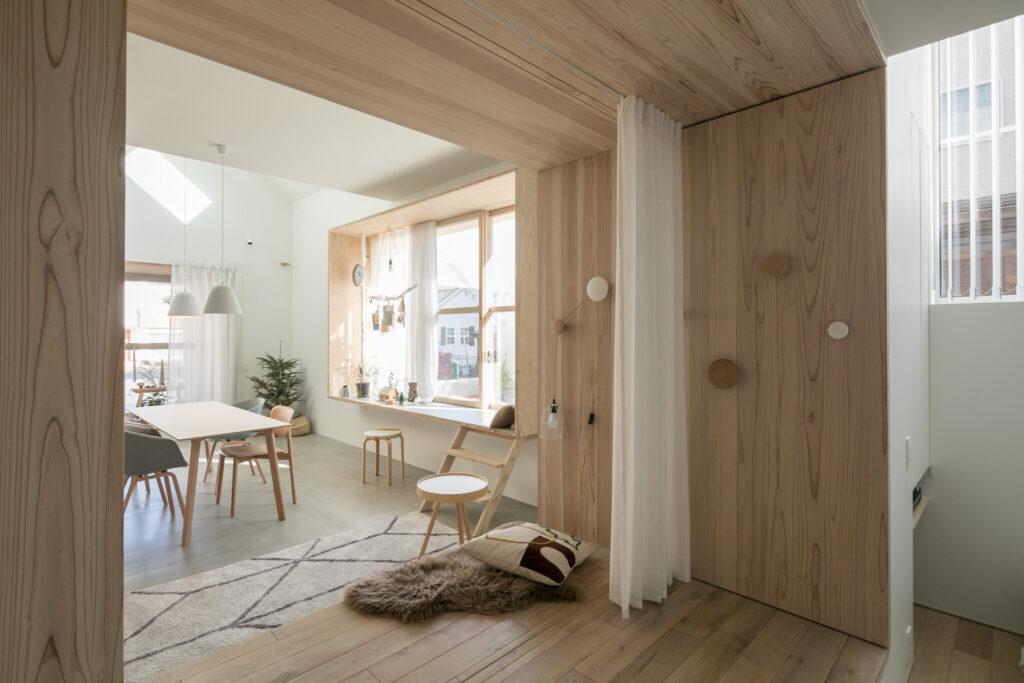 木枠は収納扉も兼ねている。フックが収納扉の把手だ。引き戸の扉もここに収納されている。