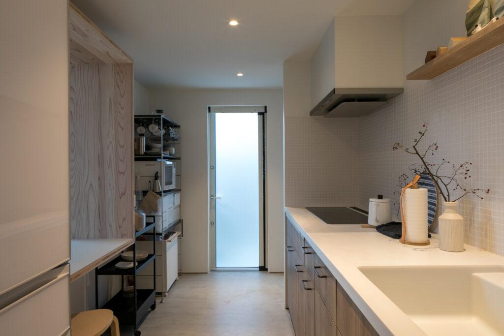 キッチンの右奥にはパントリーを備える。