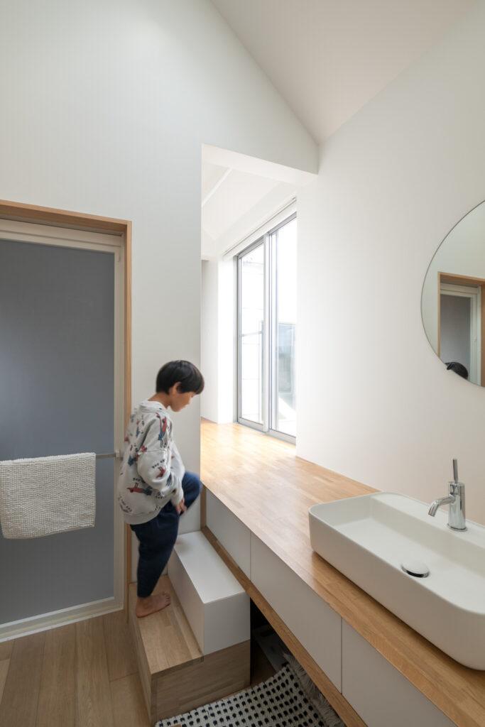洗面の脇にも階段が! この廊下の先は……、下の写真の子ども部屋に通じている。