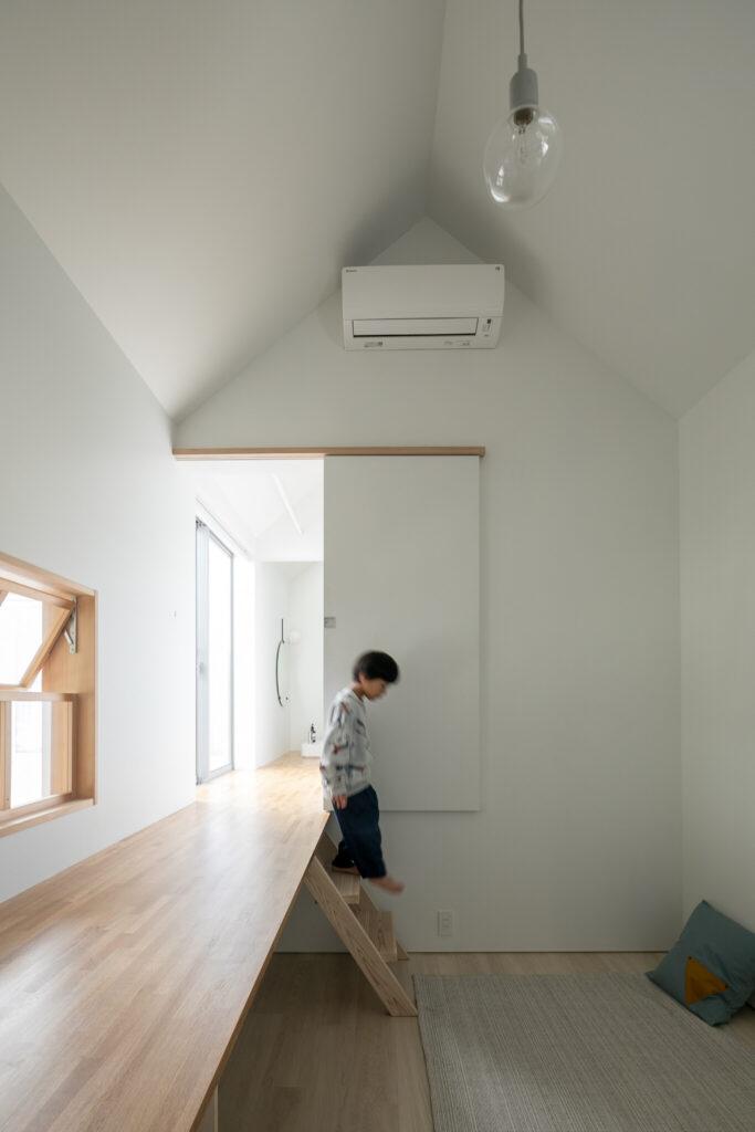洗面台から伸びた廊下から階段を降りて子ども部屋へ。