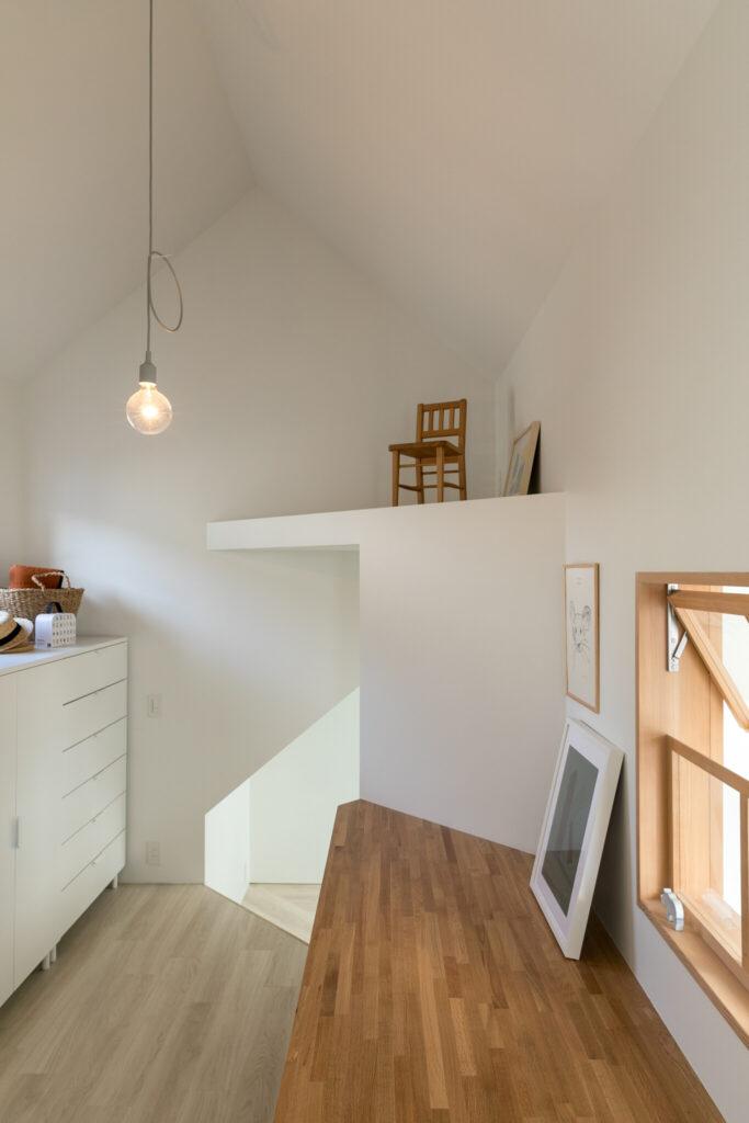 廊下の続きは、子ども部屋でデスクとして使える高さになる。