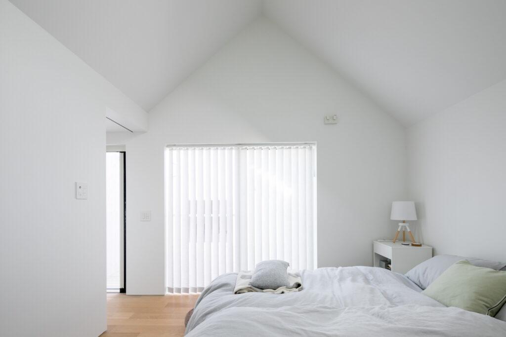 三角の天井の家型フォルム。ドールハウスにいる気分になる寝室。