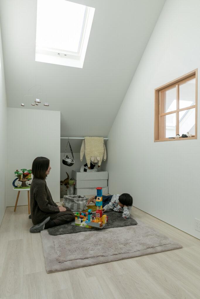 天窓のある部屋は将来子ども部屋にする予定。