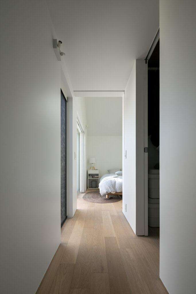 寝室の右手前に大型のウォークインクローゼット。