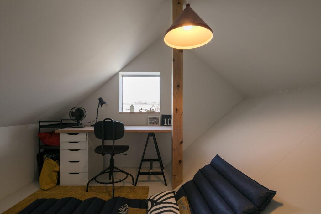 寝室のハシゴがかかったロフトスペースを覗くと、かわいい小部屋が!